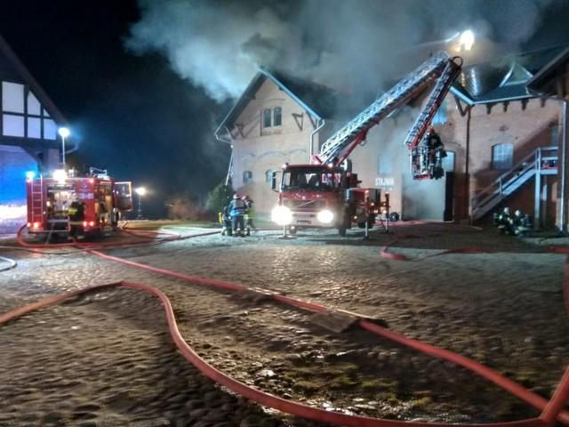Pożar folwarku w Wąsowie: Zapaliła się stajnia. Na miejscu 10 jednostek straży
