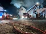 Pożar folwarku w Wąsowie: Zapaliła się stajnia. Na miejscu 10 jednostek straży [ZDJĘCIA, WIDEO]