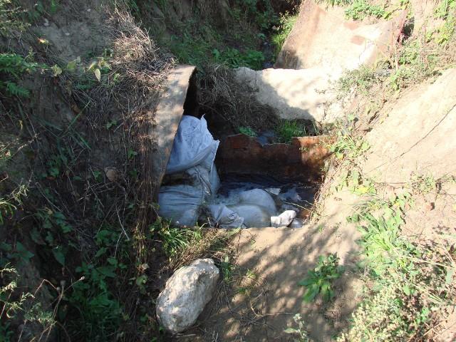 Rura wodociągowa do dawnego Zachemu została w nieznany bliżej sposób rozcięta. Teraz ktoś zatkał odpływ toksycznych substancji... workami z piaskiem.