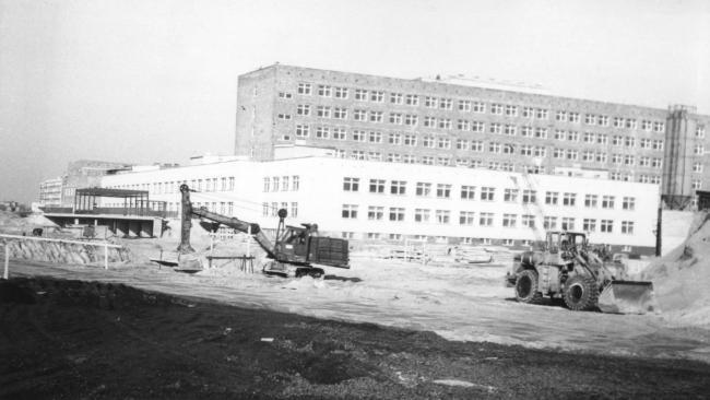 Późne lata 80. XX wieku. Trwa budowa szpitala, który do dziś...