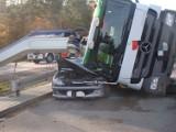 Wypadek w Lęborku! 25.10.2021 r. Betoniarka przewróciła się i przygniotła zaparkowany samochód. Na szczęście, nikomu nic się nie stało