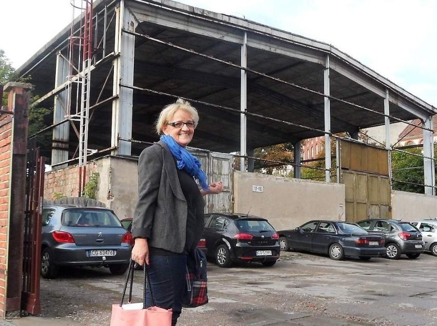 """Koło niszczejącej  hali przechodziła wczoraj pani  Grażyna Czekała. - Bardzo dobrze, że ta stalowa konstrukcja zostanie rozebrana, bo to nic ładnego nie jest - powiedziała """"Pomorskiej""""."""