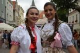 Zielona Góra. Trwa Międzynarodowy Festiwal Folkloru Oblicza Tradycji. Mnóstwo mieszkańców bierze udział w zabawach z zespołami [ZDJĘCIA]