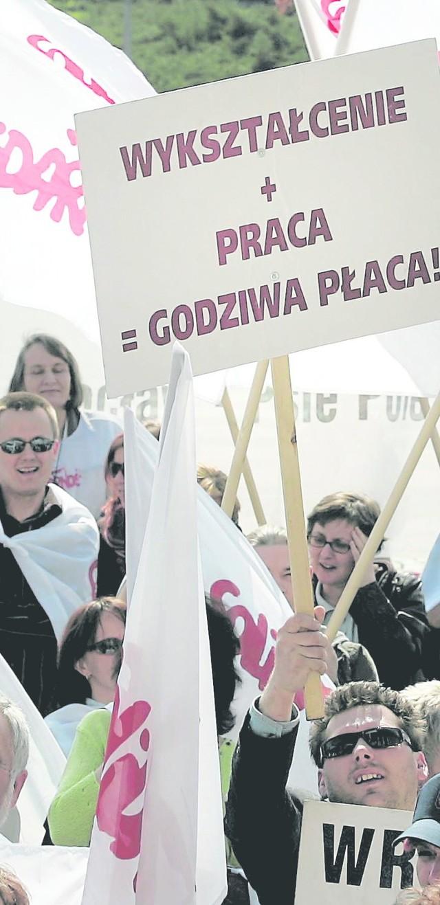 Nawet 2,5 tys. pracowników szkół z woj. śląskiego 18 kwietnia może protestować przeciwko polityce szefowej MEN na ulicach Warszawy. W proteście wezmą udział także nauczyciele z innych rejonów Polski. na co dzień ich praca nie jest właściwie doceniana. Obowiązków szkolnych przybywa. A do tego dochodzi stres o przyszłość szkół