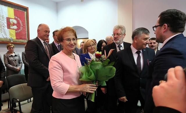 Na pierwszej sesji rady Maria Gubała dostała od radnych kwiaty, czy teraz będzie to czarna polewka?