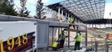 Stadion Pogoni: rozbierają tunel dla piłkarzy, przesuwają trawę [ZDJĘCIA]