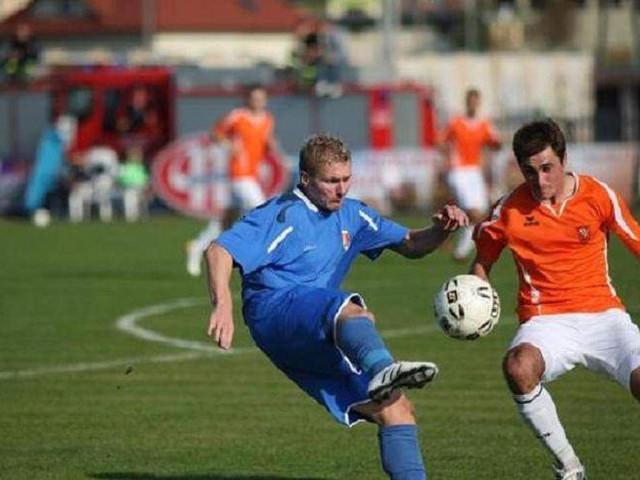 Mariusz Dzienis (w niebieskim stroju) jest kluczowym piłkarzem Olimpii Zambrów