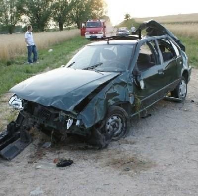 Tym samochodem w niedzielę o 17.30 kierował 20-latek z Łomży. Na drodze Dzierzbia-Zaskrodzie k. Stawisk pasażerami byli  14-letni chłopiec, 12-letnia i dwie 10-letnie dziewczynki. Jedna nie żyje...