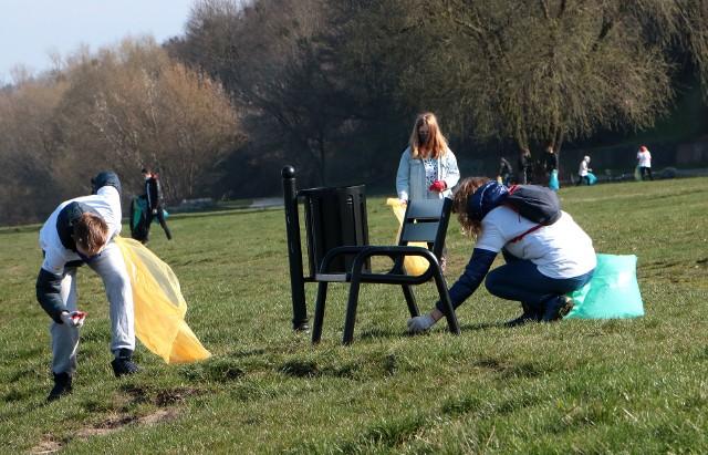 """Akcja Operacja czysta rzeka"""" w Grudziądzu. 20 wolontariuszy zbierało śmieci """"zgubione"""" przez spacerowiczów."""