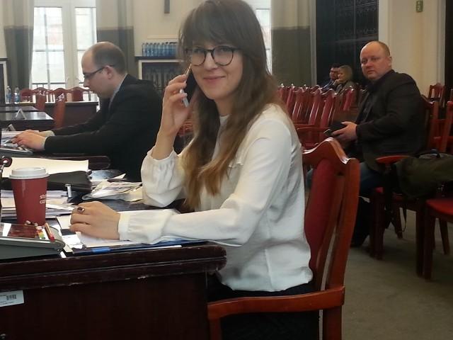Radna Marta Grzeszczyk (PiS) musiała nagle zatelefonować na sali obrad