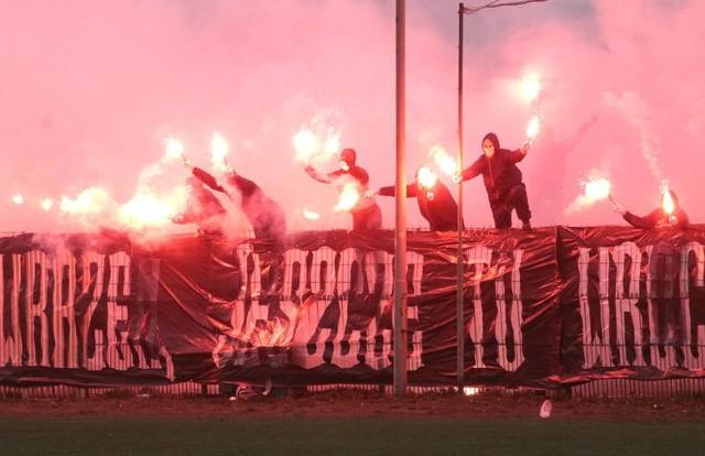W 63 minucie meczu, fani Radomiaka na pożegnanie starego stadionu zrobili wielką fetę, fajną oprawę pirotechniczną.