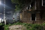 Chopina 3. Pożar pustostanu. Policjanci uratowali bezdomnego, ale zatruli się dymem (zdjęcia, wideo)