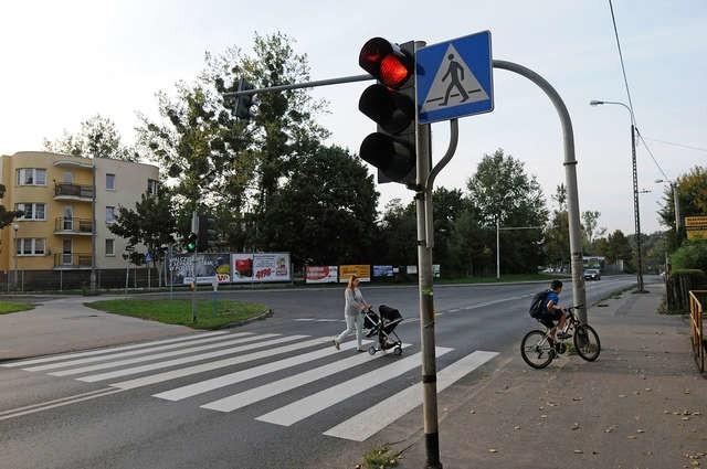 Wysoki sygnalizator przy Łódzkiej trudno dostrzec kierowcom