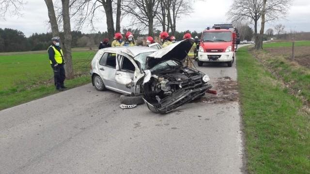 21 - letnia kierująca volkswagenem na łuku drogi straciła panowanie nad pojazdem i wypadła z drogi uderzając w przydrożne drzewo.