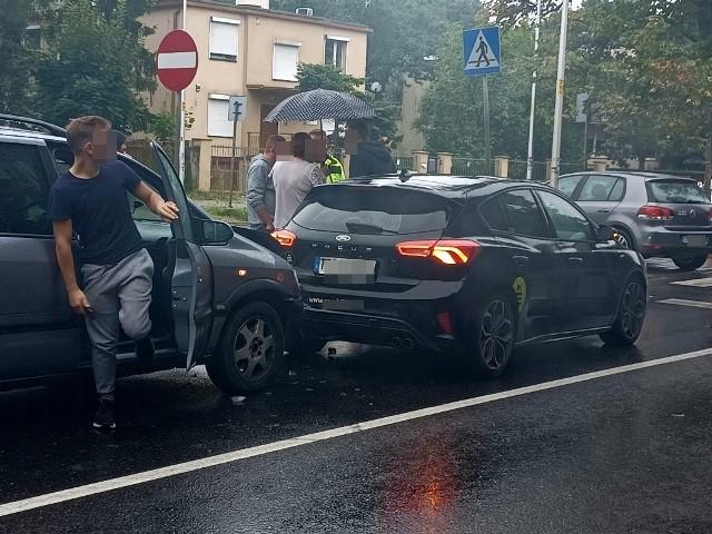 Szczegółowe okoliczności zdarzenia ustali wezwana na miejsce policja. Kierowca opla nie poczuwa się do winy, gdyż według jego wersji, kierujący fordem miał mu zajechać drogę podczas zmiany pasa ruchu.
