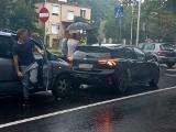 Wypadek trzech samochodów na al. Kochanowskiego. Zablokowany pas ruchu (ZDJĘCIA)