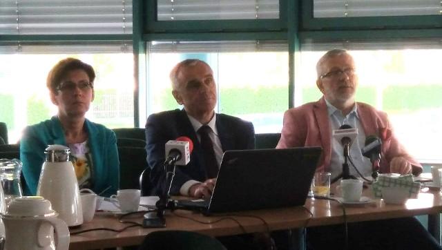 Przez kolejne trzy lata bydgoszczanie będą płacić za wodę i ścieki tyle samo, ile w 2018 roku - poinformował prezes MWiK, Stanisław Drzewiecki (w środku)