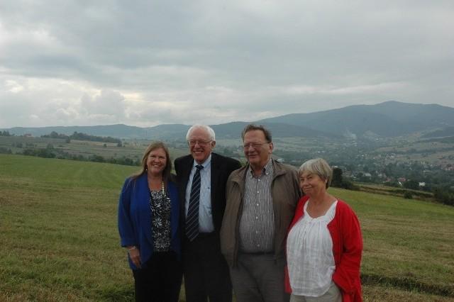 Podróż sentymentalna do Słopnic. Bracia Bernie (po lewej) i Larry  z żonami