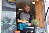 Sobota i niedziela z food truckami w Nowej Soli. Przyczepy z jedzonkiem cieszą się zainteresowaniem. Nowosolanie mówią: Nareszcie!