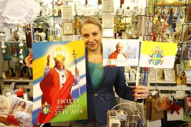 Sprzedawcy sklepów z dewocjonaliami i księgarni religijnych mówią, że wybór pamiątek i książek związanych z papieżem jest duży. Jednak klienci nie są tak skorzy do kupowania, jak to się działo po śmierci papieża Polaka.