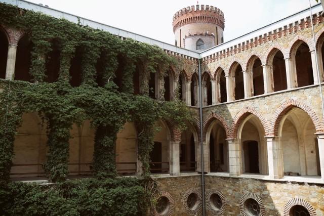 To jeden z najpiękniejszych pałaców na Dolnym Śląsku. Z Wrocławia dojedziesz tu w godzinę