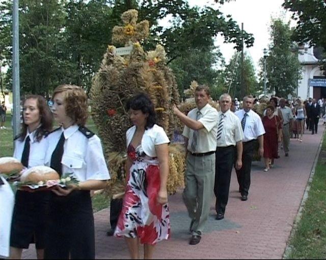 Po mszy świętej dożynkowy korowód ruszył w kierunku placu Ochotniczej Straży Pożarnej, gdzie odbyły się główne uroczystości.