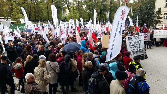 Tak wyglądał ubiegłoroczny protest nauczycieli przeciwko likwidacji gimnazjów.
