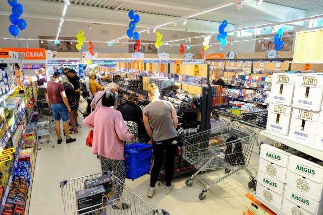 W niedzielę zrobimy zakupy w większości sieci handlowych. Zarówno mniejsze dyskonty, jak i duże hipermarkety działają jako placówki pocztowe, dzięki czemu mogą być otwarte przez cały tydzień. Sprawdziliśmy dla Was, które markety w Toruniu są czynne także w niedziele bez handlu. Warto jednak dodać, że sytuacja zmienia się jak w kalejdoskopie i z każdym tygodniem otwierają się kolejne sklepy. Czytaj dalej. Przesuwaj zdjęcia w prawo - naciśnij strzałkę lub przycisk NASTĘPNEPOLECAMY: Zarobki w sklepach. Rekrutacja 2021 w marketach trwa. Ile można zarobić jako kasjer?