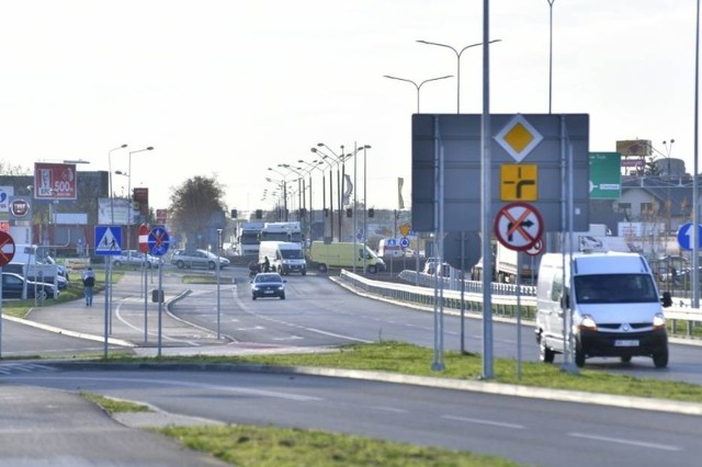 Część alei Wojska Polskiego w Radomiu jest udostępniona dla kierowców. Na odbiór wciąż czeka najważniejszy element, a więc wiadukt nad torami. To ma stać się już niebawem.