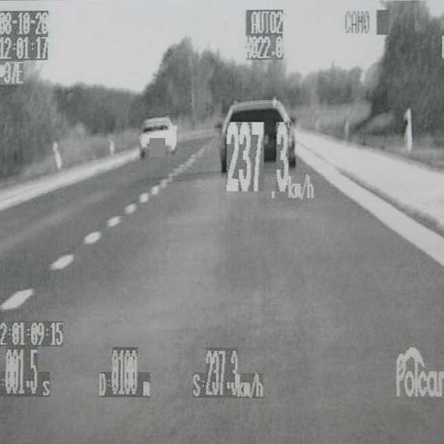 Piracką jazdę Czecha nagrali policjanci w nioznakowanym radiowozie.