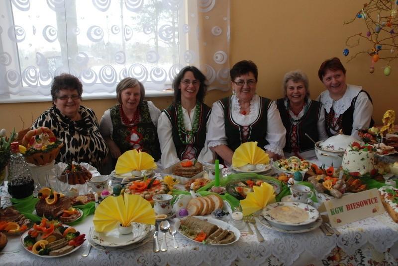 Gospodynie z Biesowic przy swoim stole wielkanocnym. Pierwsza z lewej - Leokadia Trusiak.