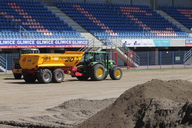 Na stadion Piasta Gliwice wjechał ciężki sprzęt. Obiekt otrzyma nową murawę.Zobacz kolejne zdjęcia. Przesuwaj zdjęcia w prawo - naciśnij strzałkę lub przycisk NASTĘPNE