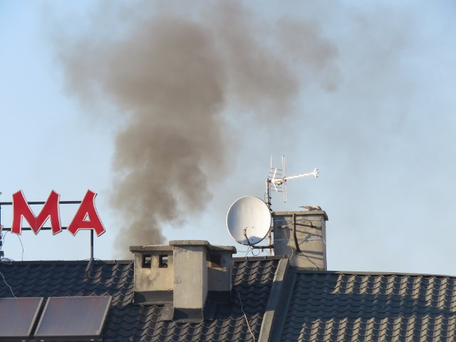 Z nad kamienic przy wadowickim rynku codziennie wydobywa się taki dym