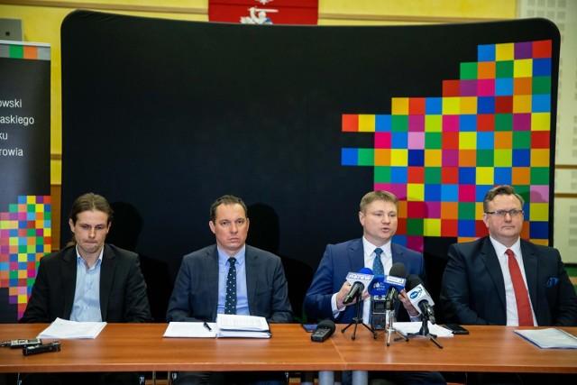 Marek Malinowski (drugi z prawej), członek zarządu województwa odpowiedzialny za służbę zdrowia, podkreślał, że spadek ilości łóżek neurologicznych w szpitalu wojewódzkim to sytuacja przejściowa spowodowana modernizacją budynku
