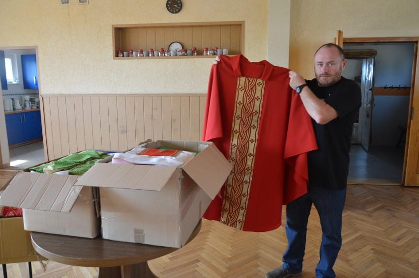 Ks. Andrzej Latussek przekazuje część zebranych szat...