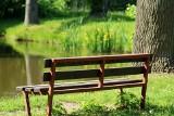 """Na osiedlu nie ma gdzie usiąść? Już niedługo się to zmieni. Oto miejsca we Wrocławiu, gdzie staną """"Ławeczki Mieszkańca"""""""