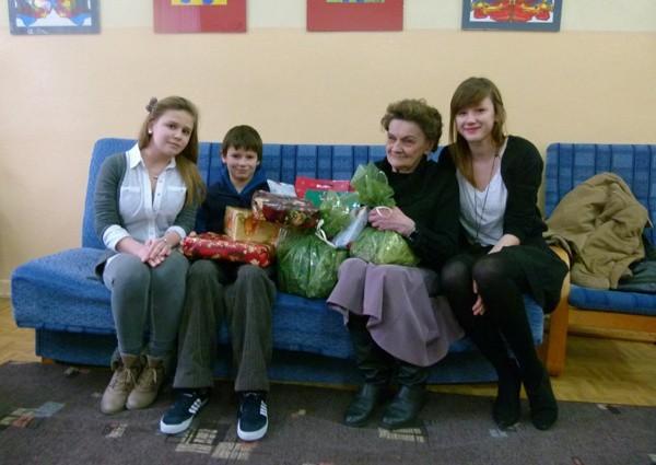 Marta i Agnieszka prezentami od klasy IIa z III LO obdarowały wczoraj Oskara i jego babcię - panią Halinę.