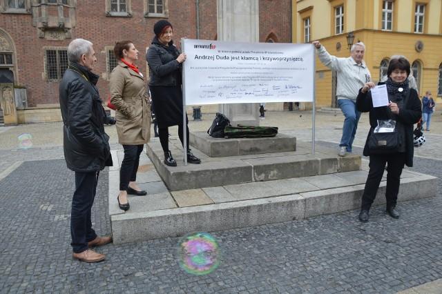Przeciwko Andrzejowi Dudzie pod pręgierzem zaprotestowali dziś Obywatele RP