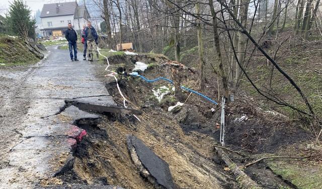 Gwałtowne topnienie śniegu i ostatnie opady deszczu spowodowały uaktywnienie się osuwiska i zawalenie części drogi w gminie Kamionka Wielka