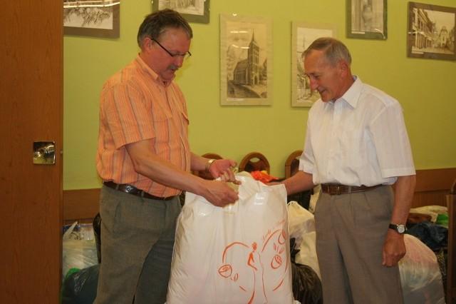 - Kiedy ludziom dzieje się krzywda, trzeba pomóc - mówi Stefan Rokita z Chełmna (z prawej), który przekazał paczkę dla powodzian na ręce Stanisława Łańca, koordynatora zbiórki w Urzędzie Miasta