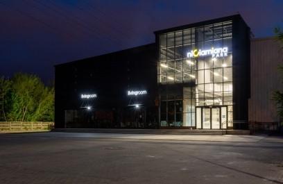 W miejscu byłego Top Shopping przy alei Piłsudskiego 153, otwarta zostanie 26 maja [/b]2021 r. pierwsza Galeria Wnętrz w Łodzi – Niciarniana Park. Jest to nowoczesna przestrzeń z szeroką ofertą mebli i artykułami wyposażenia wnętrz.Na powierzchni prawie 7000 m2 w jednym miejscu znajduje się kilkanaście sklepówoferujących bogaty foteli, kanap i materacy, który pozwala na aranżacje w dowolnym stylu i różnym przedziale cenowym.