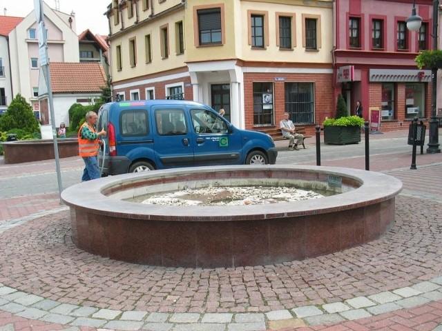 Żartownisie upatrzyli sobie te fontanny i tego lata robią w nich pianę. Wczoraj przez pół dnia były nieczynne, bo trzeba było wymienić w nich wodę.