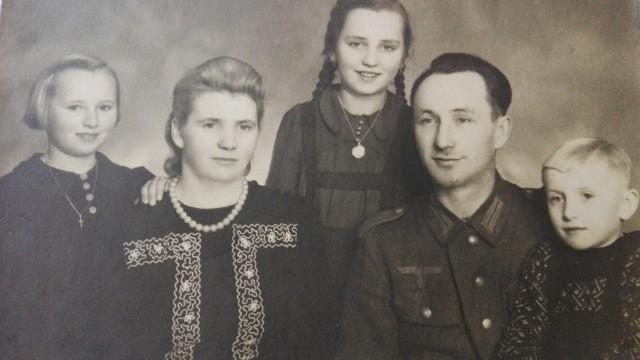 Zdjęcie rodzinne Liszków, datowane na rok 1940. Od lewej: Antonina Liszka, Gertruda Liszka, Stefania Erm, Emanuel Liszka oraz Henryk Liszka. Emanuel jest ubrany do zdjęcia w niemiecki mundur. Walczył pod Moskwą, gdzie wzięto go później do niewoli rosyjskiej. W 1945 roku wrócił do domu