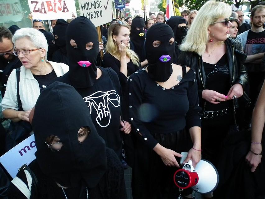 Czarny Poniedziałek organizowany jest w większości miast w...