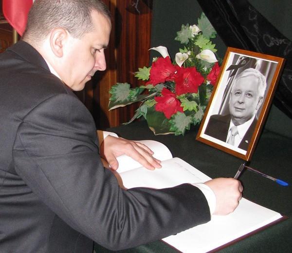 Księga przez cały okres żałoby narodowej będzie dostępna dla wszystkich, którzy zechcą w niej wyrazić swoje współczucie, żal i ból po stracie Prezydenta Lecha Kaczyńskiego, Jego małżonki oraz współpracowników.