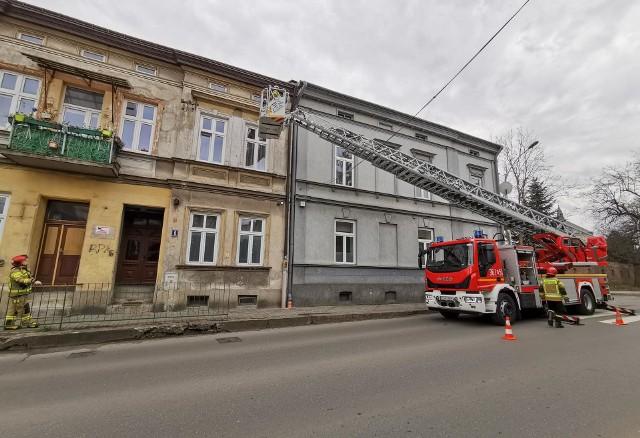 W piątek straż pożarna w Przemyślu odebrała zgłoszenie o poderwanym kawałku blachy na kamienicy na ul. Krasińskiego w Przemyślu. Blacha znajdowała się tuż nad chodnikiem. Strażacy z użyciem drabiny mechanicznej zażegnali niebezpieczeństwu.