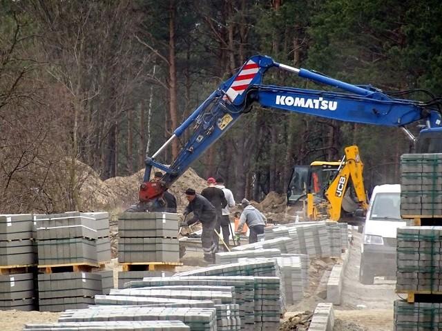 Nowe drogi na Wólce Klwateckiej mają już wykonaną podbudowę, układane są chodniki i krawężniki.