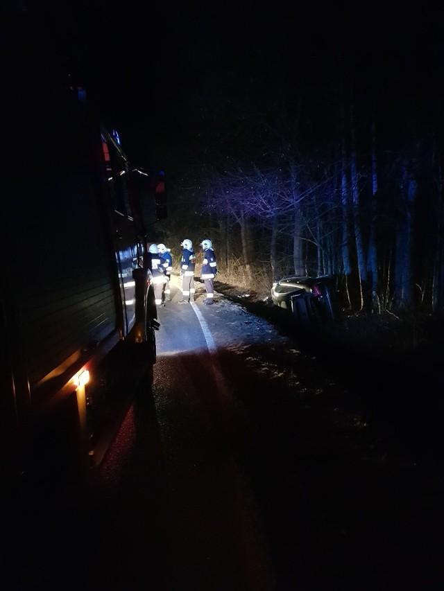 Dzisiaj w nocy (6.03.2021) w Zadrach (gm. Miastko) na drodze krajowej nr 20 doszło do dachowania samochodu osobowego. Kiedy przyjechała straż i policja, nikogo nie było w aucie. Policja szuka kierowcy m.in. z udziałem psa tropiącego.
