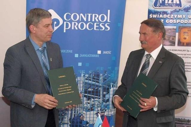 Prezes MZK Mariusz Piasecki i Marian Wiatr prezes firmy Control Process po podpisaniu umowy na budowę zakładu.