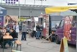 Food trucki działają przy OMNI Centrum przy ulicy Mireckiego w Radomiu. Sprawdź, co można zjeść - zobacz zdjęcia